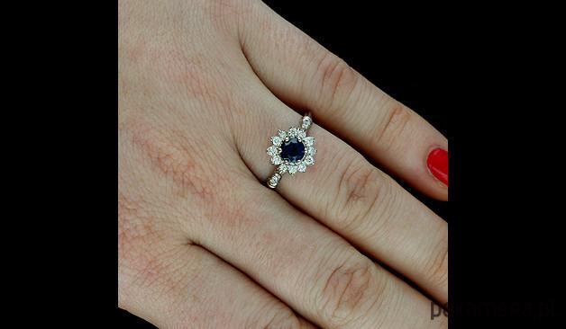 db40b331fe1b1f Pierścionek zaręczynowy z diamentami i szafirem - Biżuteria ...