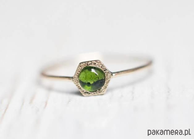 Złoty pierścionek z zielonym turmalinem - pierścionki - złote