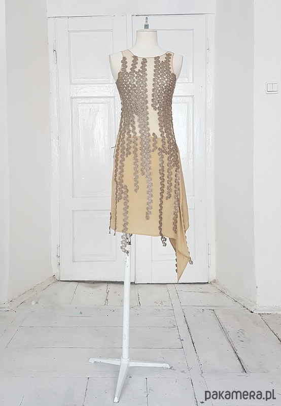 Sukienka nude z jedwabiu i koronki - sukienki - Pakamera.pl