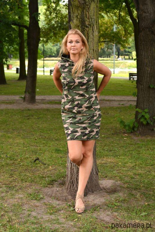 8a675f152c Dresowa sukienka z kapturem bez rękawów moro - sukienki - mini ...
