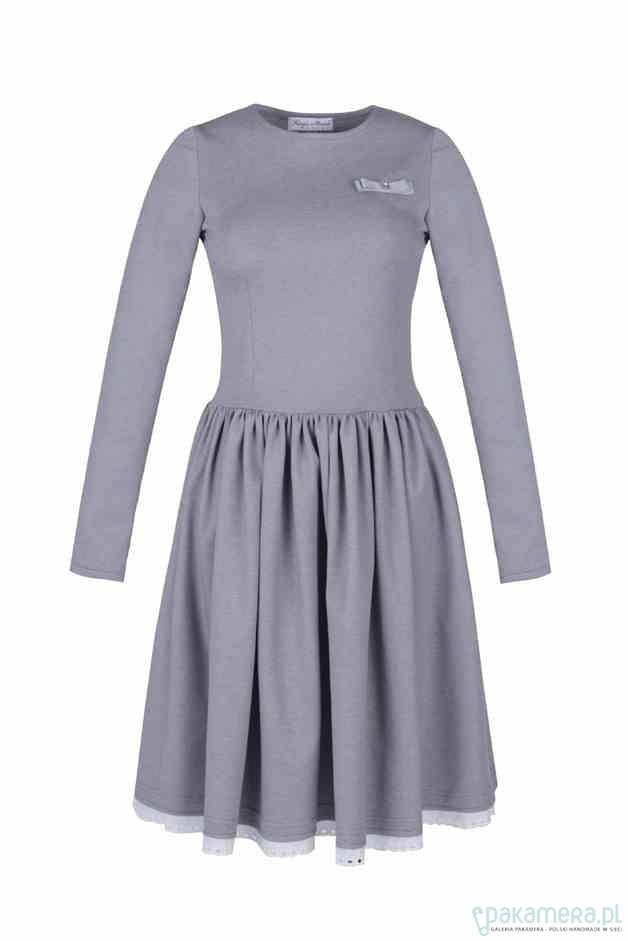 468b6210ad Rozkloszowana sukineka z haftowaną koronką - sukienki - midi ...