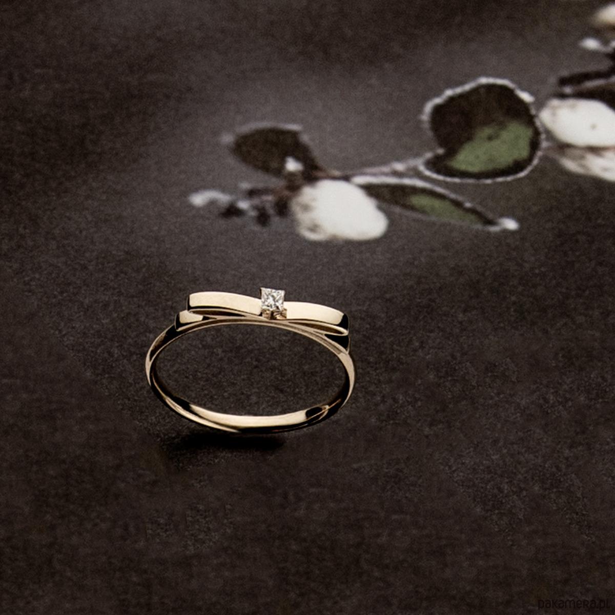 9d9a989ccf3ddf Złoty pierścionek z kokardką i diamentem Złoty pierścionek z kokardką i  diamentem